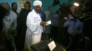 Le président Omar el-Béchir a voté lundi 13 avril dans son bureau de vote de la capitale soudanaise, Khartoum.