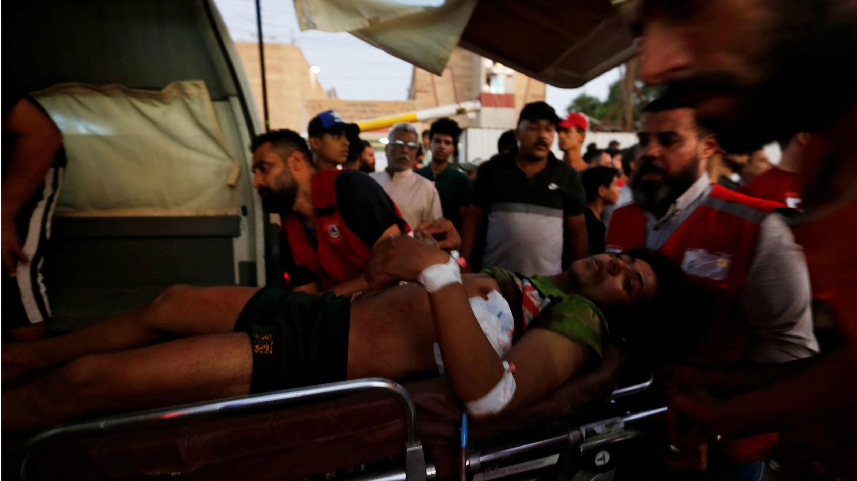 Un manifestante herido es trasladado de urgencia a un hospital luego de ser herido en protestas contra el gobierno, en Bagdad, Iraq, el 5 de octubre de 2019.