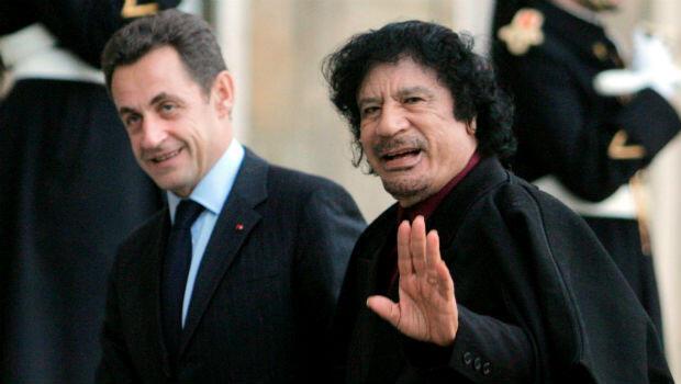 Nicolas Sarkozy junto a Muamar Gadafi el 12 de diciembre de 2007 durante el encuentro que sostuvieron en el Palacio del Elíseo, en París, Francia.