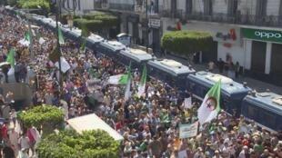 """Algérie: six mois ferme pour un étudiant accusé de """"complot contre l'Etat"""""""