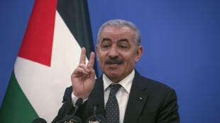 El primer ministro palestino, Mohamed Shtayyeh, habla con los periodistas durante una conferencia de prensa en Ramala, el 5 de mayo de 2020.