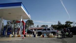 Una fila de recipientes se ve en una estación de gasolina en el estado de Guanajuato, el 8 de enero de 2019.
