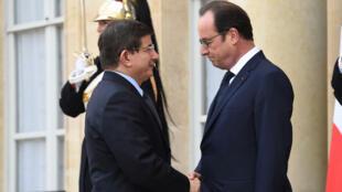Le Premier ministre turc, Ahmet Davutoglu, accueilli à l'Élysée par François Hollande le 11 janvier 2015.