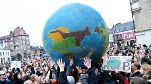 Los manifestantes participan de la huelga global contra el cambio climático en Lund, Suecia, el 15 de marzo de 2019.