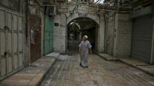 """فلسطيني يمشي وسط متاجر مغلقة في نابلس ضمن إضراب احتجاجا على قانون """"يهودية الدولة"""" 1 تشرين الأول/أكتوبر"""