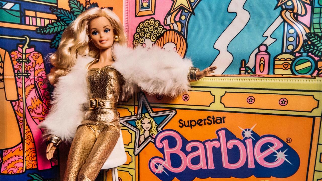 """La exposición """"The Art of Barbie"""", que se realiza a unos 51 kilómetros al norte de Miami, Florida, es uno de los eventos en los que se celebra el sexuagésimo aniversario de la muñeca."""