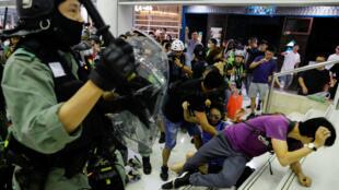 La police anti-émeute disperse des manifestants dans un centre commercial de Hong Kong, en Chine, le 3 novembre 2019.