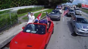 """Seguidores del presidente Donald Trump, en una caravana """"anticomunista"""" en Miami, Florida, el 10 de octubre de 2020"""