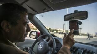 المصري أحمد محمود يقود سيارته في القاهرة في 23شباط/فبراير 2016