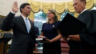 Mark Esper durante su juramentación en la Casa Blanca, junto a su esposa, Leah Esper. Washington, Estados Unidos. 23 de julio de 2019.