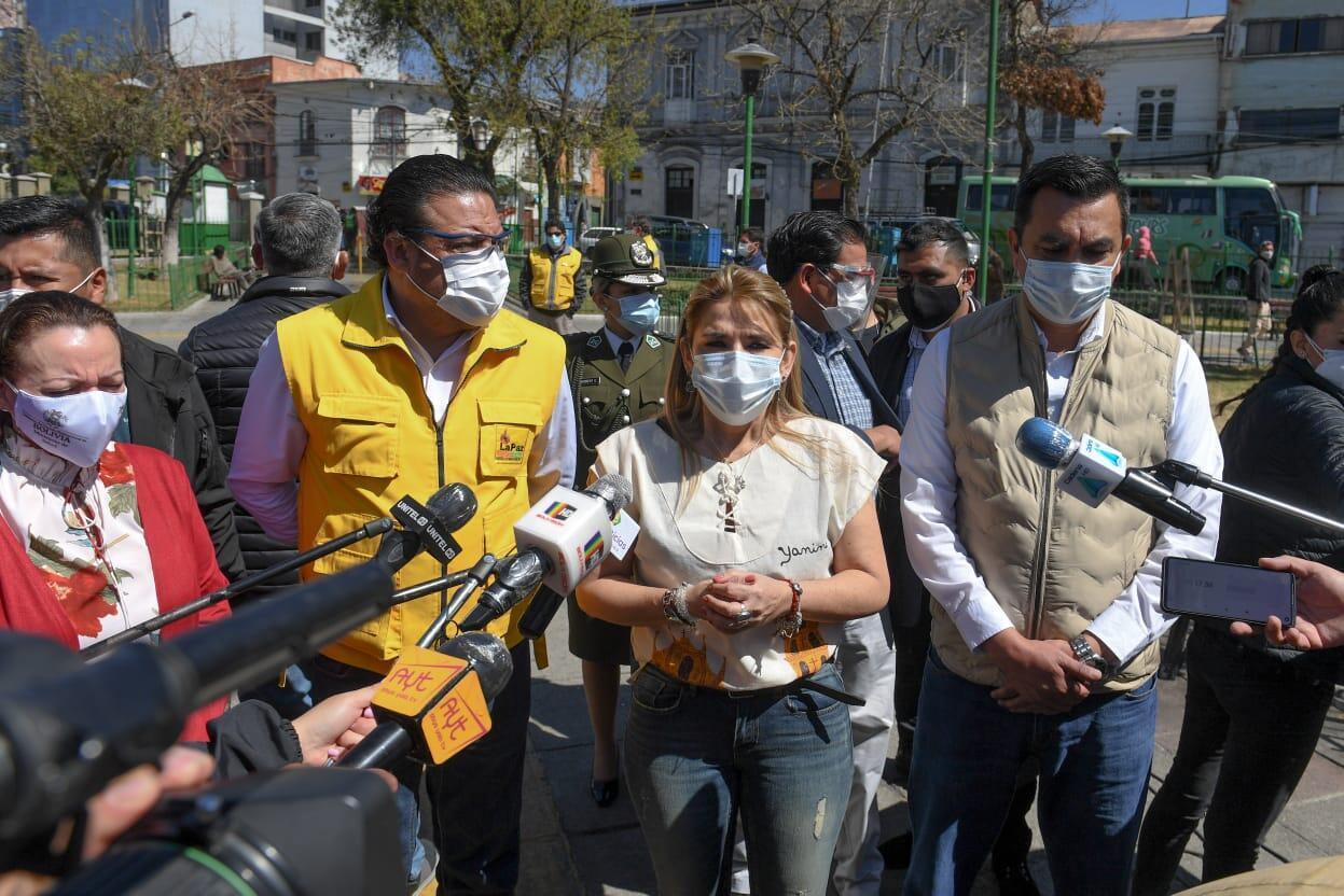 La presidenta transitoria de Bolivia, Jeanine Añez, y el alcalde de La Paz, Luis Revilla, en un acto el 28 de agosto de 2020 para realizar un rastreo de casos de Covid-19 y de reparto de medicamentos.