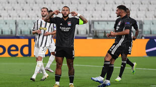 Lyon's Dutch forward Memphis Depay (C) celebrates scoring his team's first goal during the UEFA Champions League round of 16 second leg football match between Juventus and Olympique Lyonnais (OL) in Turin on August 7, 2020.