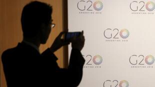 Un hombre toma una foto en la reunión de Ministros de Finanzas del G20 en Buenos Aires, Argentina, el 19 de marzo de 2018.