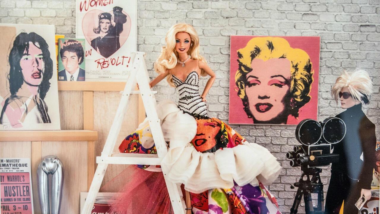 La exposición recrea una sesión fotográfica con el icónico artista Andy Warhol, quien hizo un retrato de una Barbie en 1986.