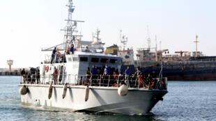 Un navire des gardes-côtes libyens avec à son bord des migrants, le 21 juin 2018, à Tripoli.