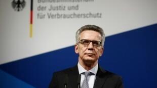 وزير الداخلية الألماني توماس دي ميزيير في مؤتمر صحافي في برلين في 10 كانون الثاني/يناير 2017