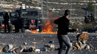 Un ciudadano palestino lanza piedras a las tropas israelíes durante los enfrentamientos cerca al asentamiento judío Beit El, cerca a la ciudad de Ramala.