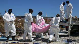 El personal de la Policía de Bahamas retira los cuerpos recuperados en un vecindario destruido a raíz del huracán Dorian en Marsh Harbour, Gran Ábaco, Bahamas, el 9 de septiembre de 2019.