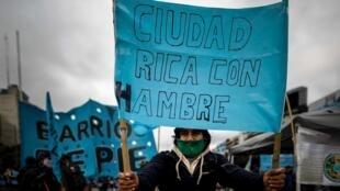 """Organizaciones sociales realizan una jornada de """"ollas populares""""  para denunciar la falta de alimentos en los comedores populares en Buenos Aires (Argentina). 24 de julio de 2020."""