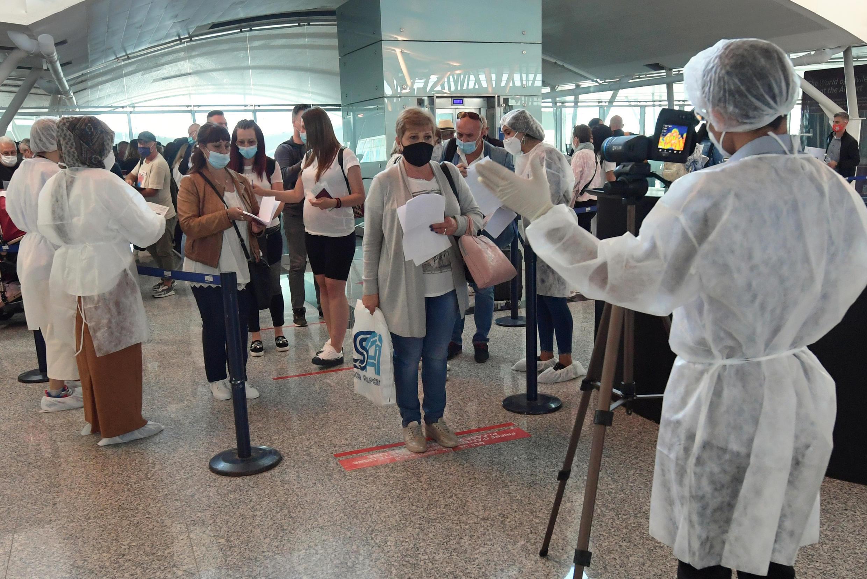 تحقق من فحوص الكشف عن كوفيد عند وصول السياح إلى مطار النفيضة الحمامات الدولي بالقرب من مدينة سوسة التونسية، في 22 أيار/مايو 2021
