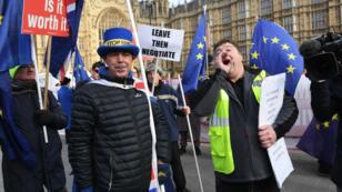 Mientras se realizan debates en el Parlamento de Reino Unido, manifestantes a favor y en contra del Brexit se mantienen en las calles de Londres y Bruselas