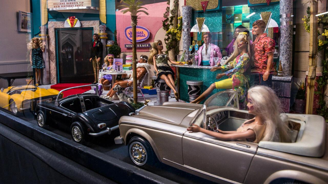 El artista Rodger Helt es el autor de los dioramas que se exhiben en la Art Gallery 21 de Wilton Manors. El de esta imagen muestra, entre otros personajes, a Ken, el novio de Barbie creado en 1961.