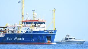 Le navire Sea-Watch3 transportant des migrants navigue près de l'île de Lampedusa, en Italie, le 26juin2019.