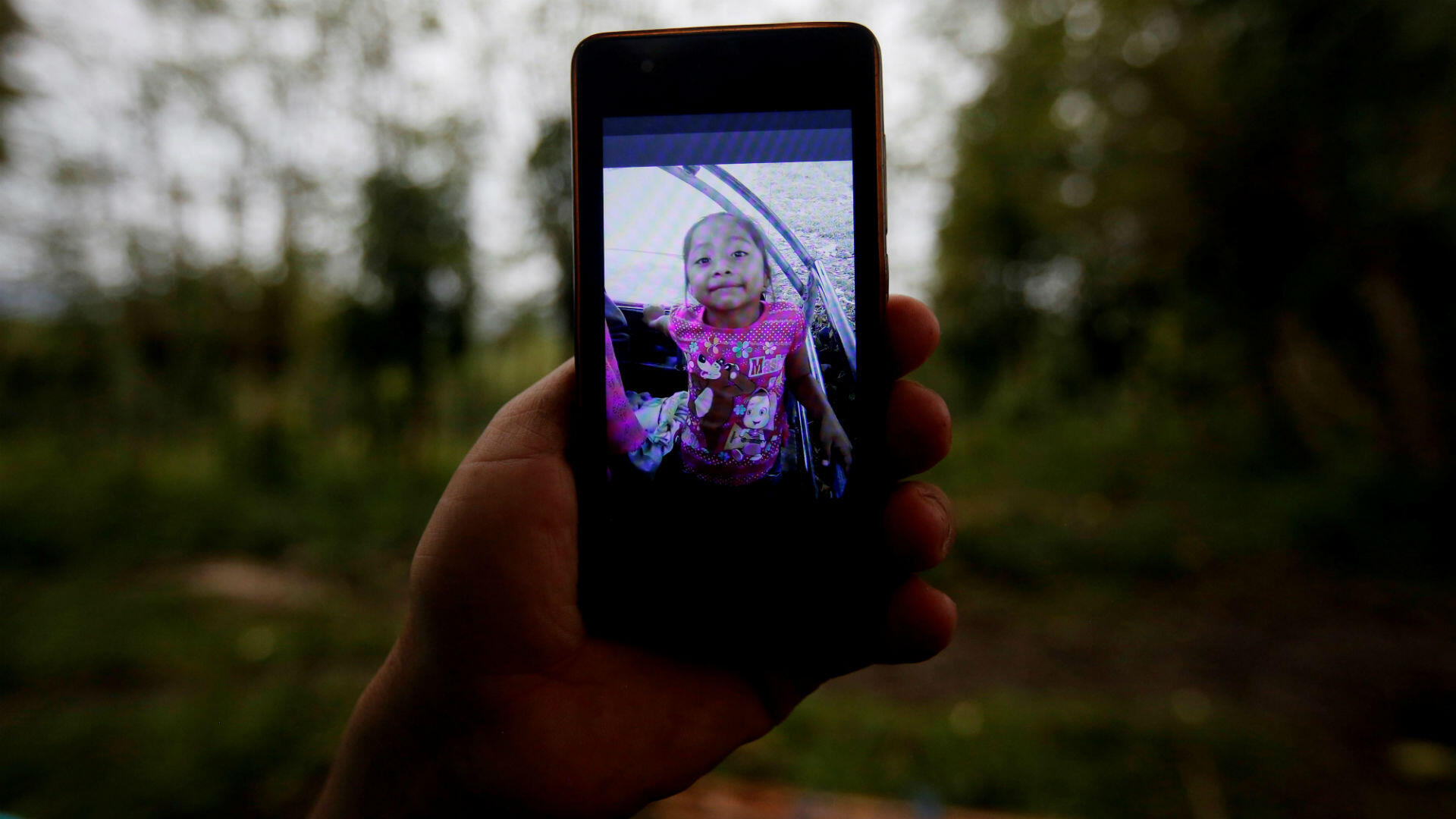 Fotografía de la menor Jakelin Caal, quien murió bajo custodia de la Patrulla Fronteriza estadounidense, enseñada a través de un teléfono móvil por uno de sus familiares en el municipio de Raxruhá, Guatemala.
