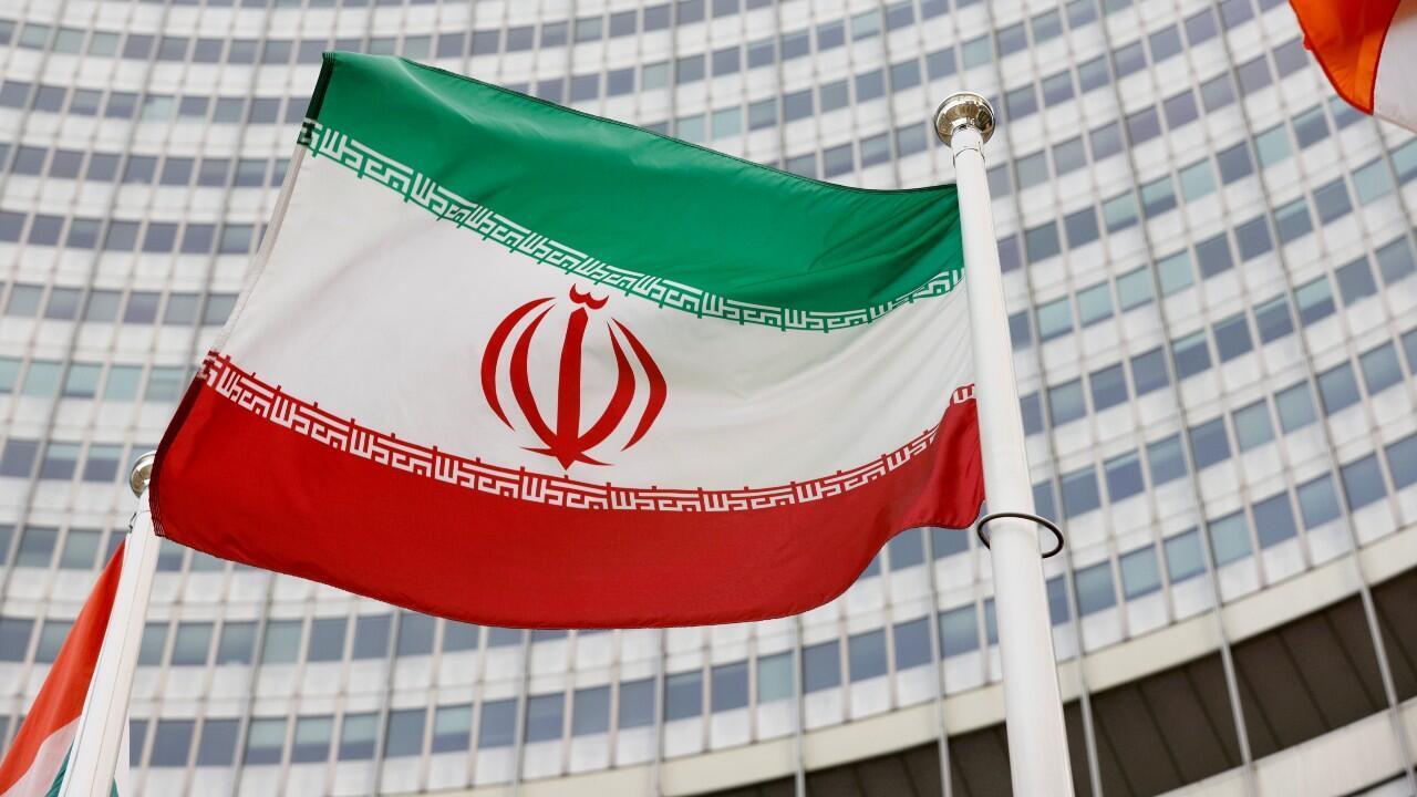 La bandera iraní ondea frente a la sede del Organismo Internacional de Energía Atómica (OIEA) en Viena, Austria, el 23 de mayo de 2021.