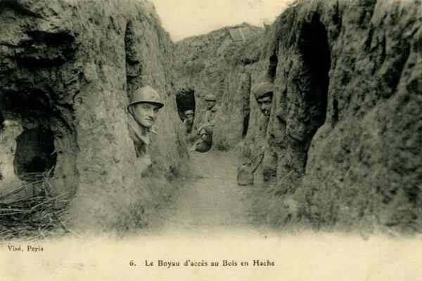 Une carte postale de la Première guerre mondiale montrant une tranchée dans le Bois en Hache