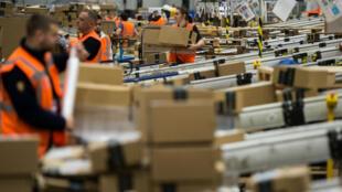 Environ 300 000 salariés - à temps plein et saisonniers - sont concernés par la hausse du salaire minimal décidée par Amazon.
