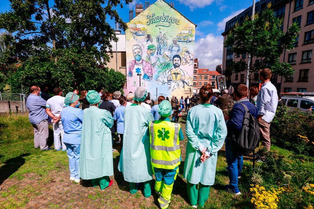 Un grupo de médicos durante un homenaje junto a un hospital en Bruselas, Bélgica, el 6 de julio 2020.