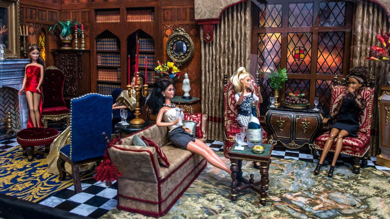 Una de las vitrinas, que se vende por 10.000 dólares, muestra una escena de un cumpleaños en el salón de una gran mansión de estilo inglés con muchas muñecas elegantemente vestidas.