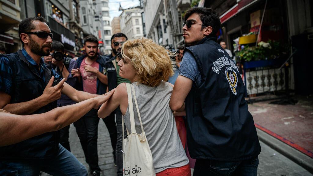 Des policiers turcs interpellent une militante de la cause LGBT, le 26 juin 2016 à Istanbul.