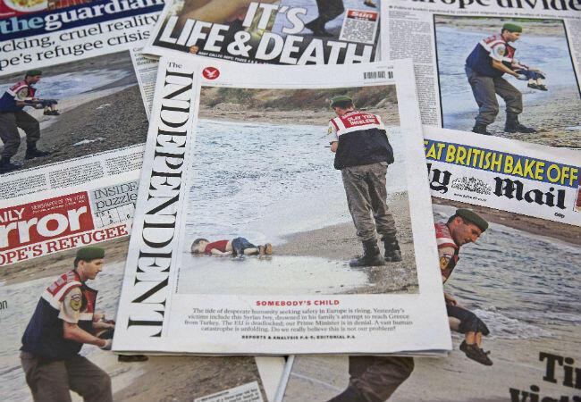 صورة الطفل آيلان الكردي على الشواطئ التركية التي تناقلتها الصحف العالمية وأثارت إدانات واسعة