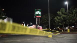 Un cordon de police d'un restaurant où plusieurs personnes ont été tuées le 31 août 2019 à Odessa, au Texas.
