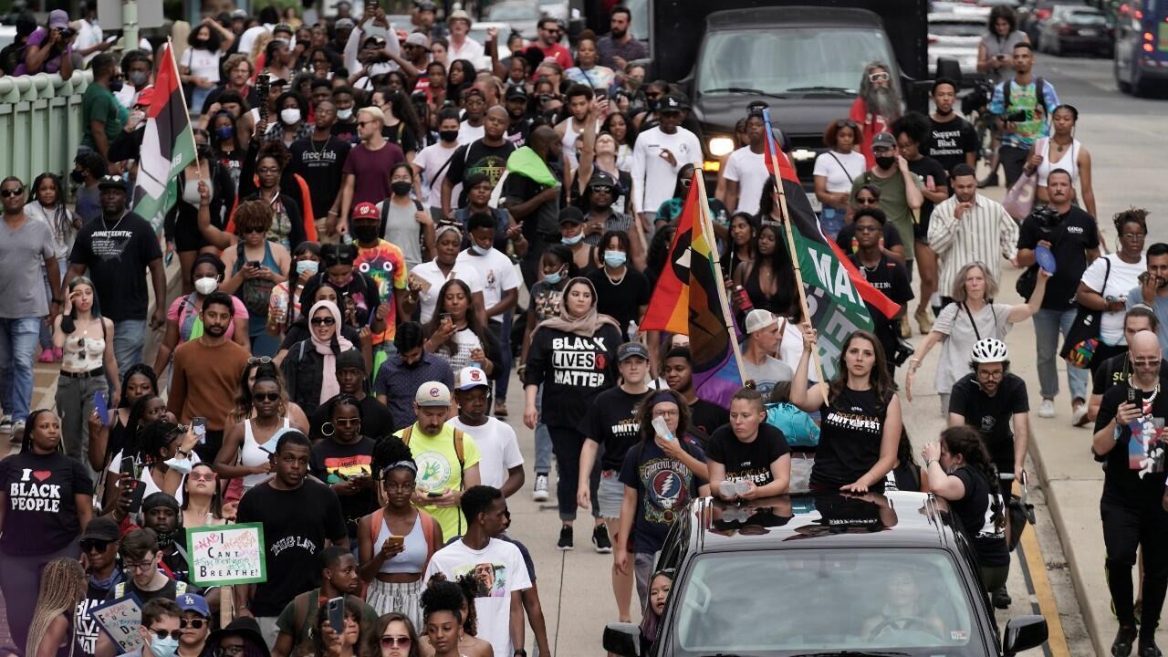 Decenas de personas marchan para celebrar el 19 de junio, que conmemora el fin de la esclavitud en Texas, dos años después de la Proclamación de Emancipación de 1863 que liberó a los esclavos en otras partes de Estados Unidos. En Washington, DC, Estados Unidos, el 19 de junio de 2021.
