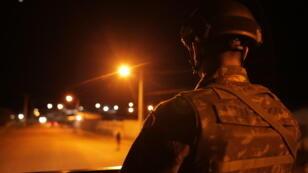Perdida en los confines de Brasil, la pequeña ciudad de Pacaraima se encuentra en estado de sitio, con el ejército movilizado para garantizar la seguridad en la frontera con Venezuela. La llegada masiva de refugiados venezolanos ha desestabilizado la tranquilidad de esta región, convirtiéndose en la principal puerta de entrada de inmigrantes venezolanos en Brasil.
