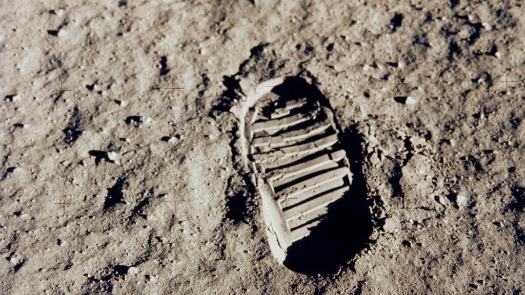 """Archivo: Una de las primeras huellas del astronauta del Apolo 11, Edwin """"Buzz"""" Aldrin en la luna. 20 de julio de 1969."""