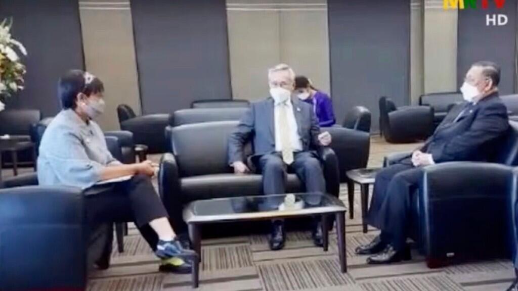 En esta imagen tomada del video de MRTV, el ministro de Relaciones Exteriores de Indonesia, Retno Marsudi, a la izquierda, conversa con el ministro de Relaciones Exteriores de Tailandia, Don Pramudwinai, en el centro, y el ministro de Relaciones Exteriores de Myanmar, Wunna Maung Lwin, a la derecha, durante su reunión en Bangkok, Tailandia, el miércoles 24 de febrero de 2021.