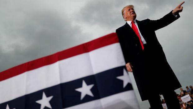 El presidente de los Estados Unidos, Donald Trump, llega para un mitin de campaña en el Aeropuerto de Huntington Tri-State en Huntington, West Virginia, EE. UU., el 2 de noviembre de 2018.