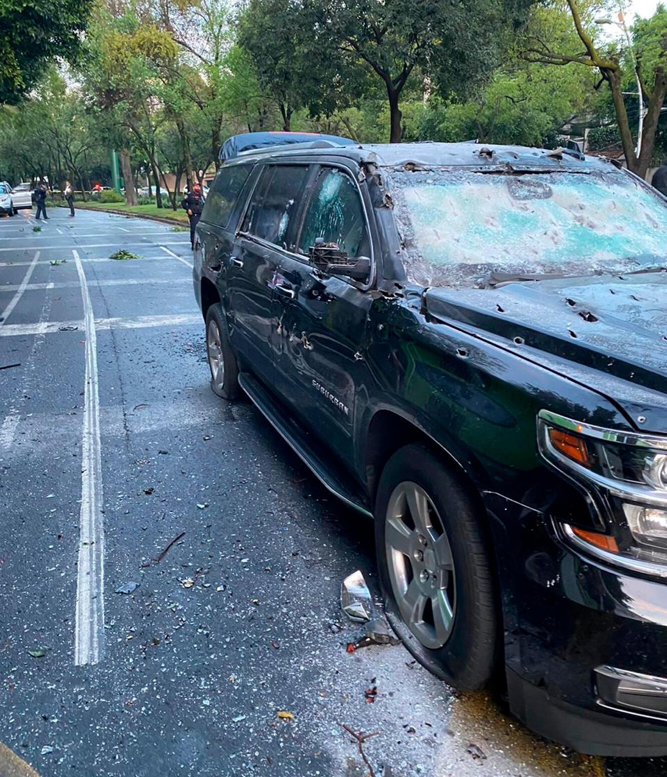 Fotografía cedida este viernes, por la Fiscalía de Ciudad de México que muestra una vista del coche y el lugar donde se atentó contra el jefe de Seguridad de la Ciudad de México, Omar García Harfuch, en Ciudad de México (México).