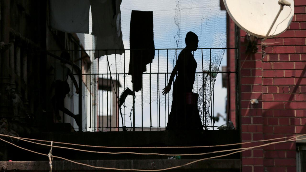 Una mujer camina en su apartamento de Harare, Zimbabwe, durante la cuarentena impuesta para evitar la propagación del coronavirus en una imagen del 6 de abril.