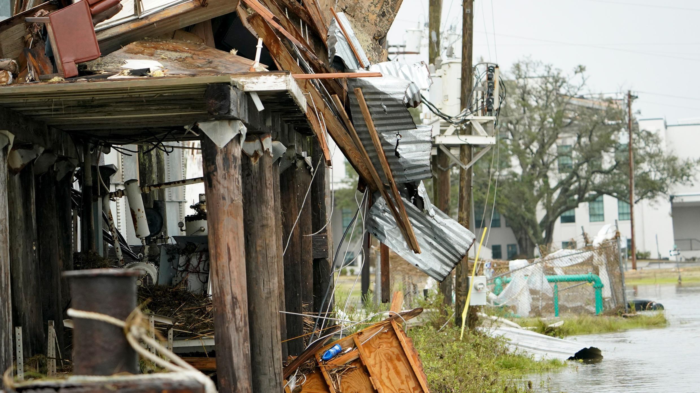 Las inundaciones rodean un edificio dañado el viernes 28 de agosto de 2020 en Cameron, Luisiana, luego de que el huracán Laura se desplazara por el área el jueves.