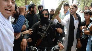 Les habitants de Jalalabad, dans l'est de l'Afghanistan, souhaitent la bienvenue samedi 16 juin à un combattant taliban durant le cessez-le-feu décrété pour l'Aïd.