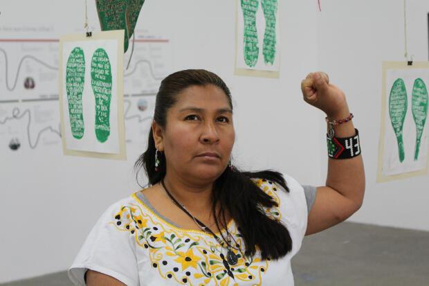 María de Jesús Tlatempa au milieu des trois empreintes de parents de disparus d'Iguala.