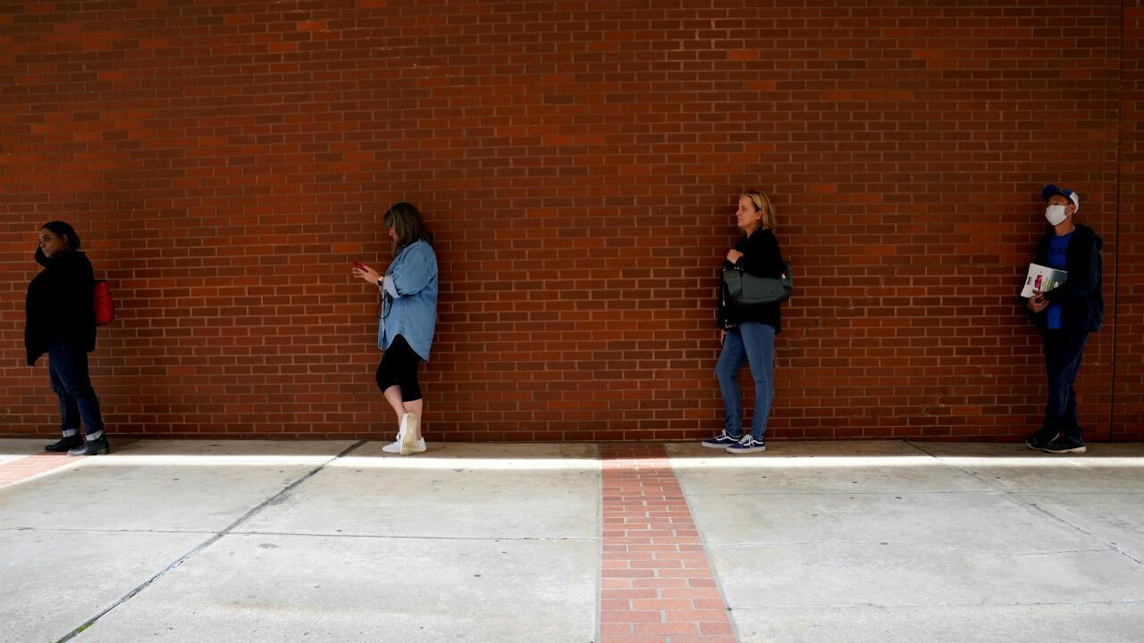 Trabajadores que perdieron sus empleos esperan en la fila para solicitar beneficios por desempleo en medio del brote de coronavirus. Centro de Fuerza Laboral de Arkansas en Fort Smith, Arkansas, EE. UU. el 6 de abril de 2020.