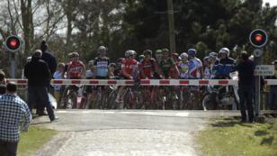 Les coureurs de Paris-Roubaix patientent au passage à niveau, le 12 avril 2015.