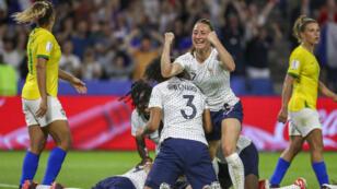 Las jugadoras francesas celebran un gol contra Brasil durante la ronda de octavos de final entre Francia y Brasil en la Copa Mundial Femenina de la FIFA en Le Havre, Francia, el 23 de junio de 2019.