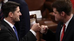 Le président de la Chambre des représentants, Paul Ryan (à gauche), lors de la rentrée du Congrès le 3 janvier 2017.